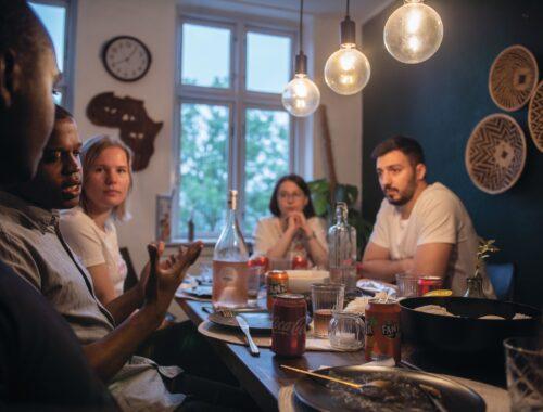 Nordiske unge diskuterer sprog over en middag