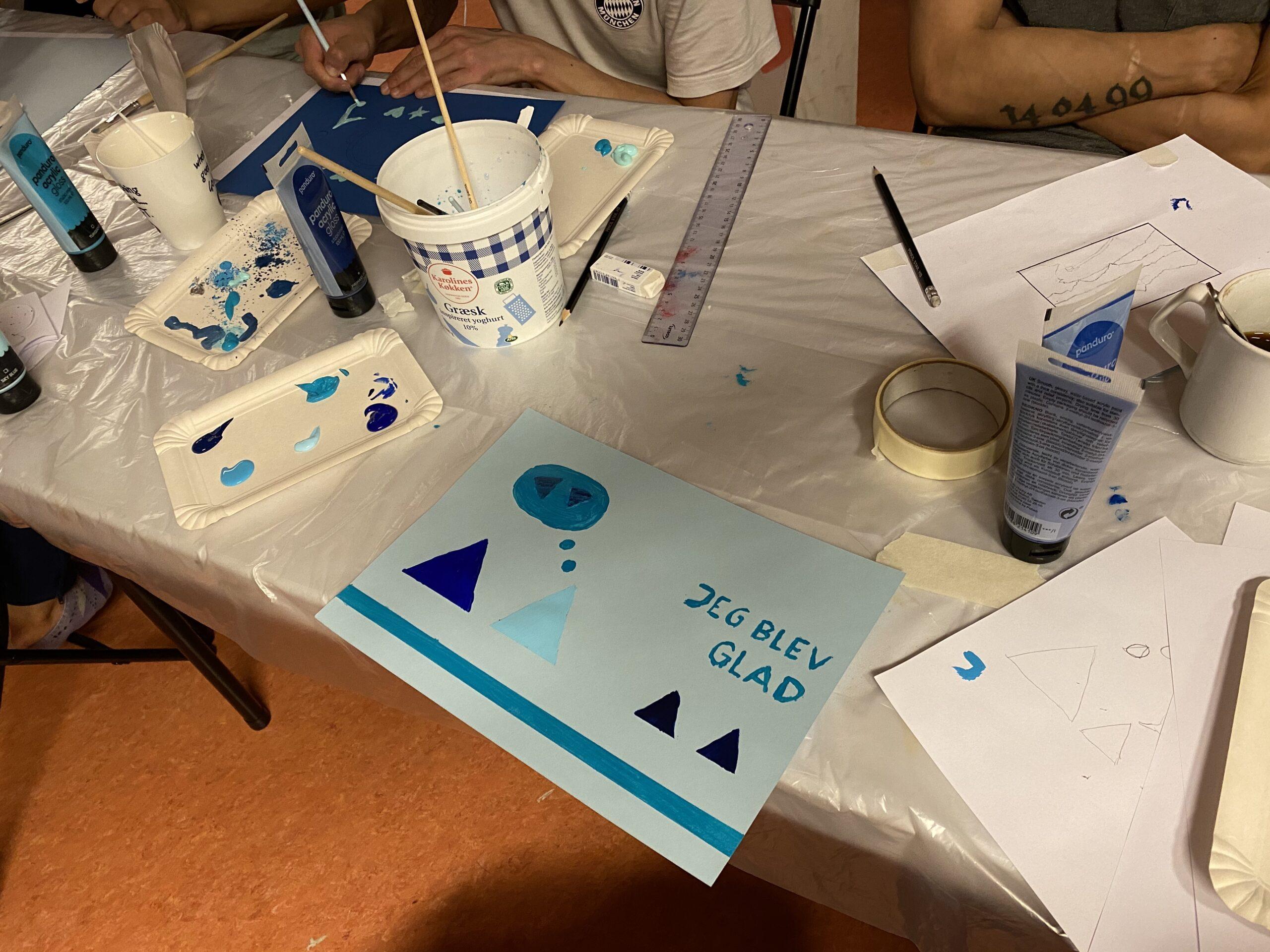 """Billede fra drømmeworkshop i Tasiilaq 2020: En af de unge har malet et billede med teksten """"Jeg blev glad"""""""